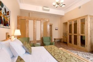 A bed or beds in a room at Hotel Maroseyka 2/15