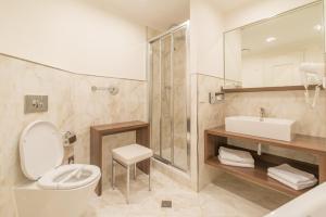 A bathroom at Hotel Embassy