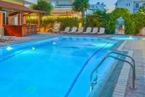 Het zwembad bij of vlak bij Pavlos Hotel