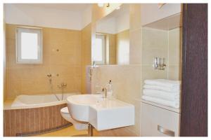A bathroom at Apartament Garden