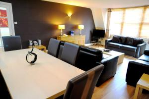 The lounge or bar area at Park Lane City Apartments
