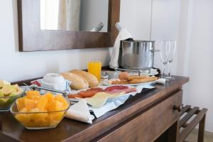 Utensilios para hacer té y café en Hotel Toboso Chaparil