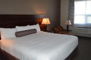 A bed or beds in a room at Cobble Creek Lodge