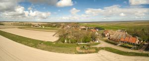 Een luchtfoto van B&B Lauwersstate
