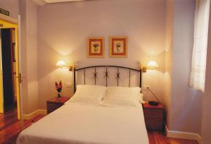 A bed or beds in a room at Torre Ercilla Ostatua