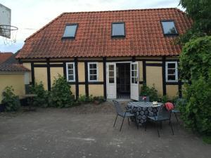 En terrasse eller udendørsområde på Millinge Gamle Skole