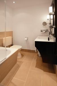 A bathroom at Hotel Villa Florentina
