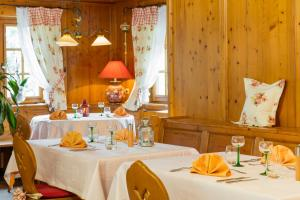 A restaurant or other place to eat at Hotel Restaurant Le Petit Kohlberg