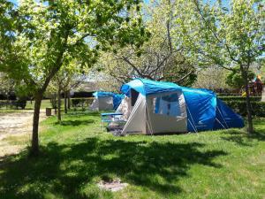 """Jardín al aire libre en Cabañas-Bungalows-Camping """"La Vera"""""""