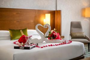 سرير أو أسرّة في غرفة في جميرا روتانا دبي