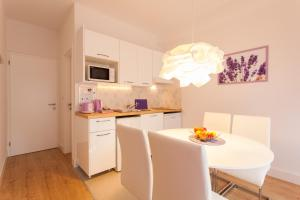 A kitchen or kitchenette at Apartments Ibler