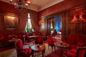 The lounge or bar area at Hôtel Raphael