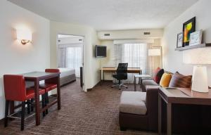 The lounge or bar area at Residence Inn Detroit / Auburn Hills
