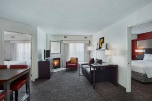A seating area at Residence Inn Detroit / Auburn Hills