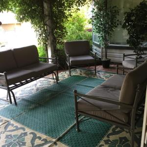 A seating area at Serenity lodge bed and breakfast