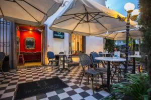 Un restaurante o sitio para comer en Park Plaza Bonaparte Boutique