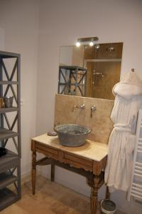 A bathroom at Appart'hôtel 27 le lion d'or