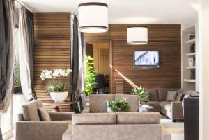 The lounge or bar area at Hotel La Genziana