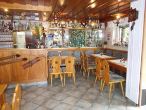 Ein Restaurant oder anderes Speiselokal in der Unterkunft Gaststätte und Pension Skiklause