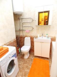 A bathroom at Apartment Na Respublikanskoy