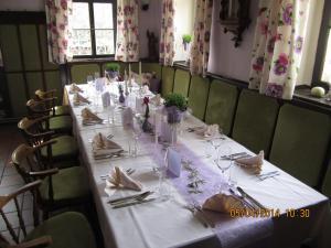 Ein Restaurant oder anderes Speiselokal in der Unterkunft Gasthof Brauhaus