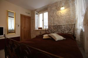 A bed or beds in a room at Tragurium & Salona Apartments