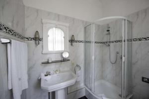 Ein Badezimmer in der Unterkunft Hotel Park Villa