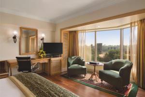 Гостиная зона в Ramada Plaza By Wyndham Palm Grove