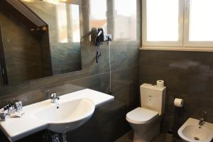 A bathroom at Bairro Alto Suites