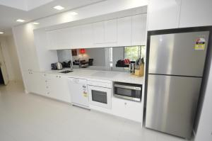 A kitchen or kitchenette at Darlinghurst Fully Self Contained Modern 1 Bed Apartment (11GOUL)