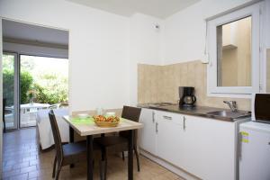 A kitchen or kitchenette at Motel le Vieux Moulin