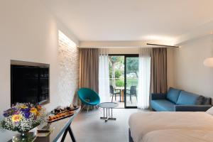 A seating area at Shefayim Kibbutz Hotel