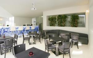 Un restaurante o sitio para comer en Hotel Tryp Porto Centro