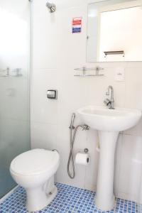 A bathroom at Hotel Pousada Universitaria -Proximo ao Hospital das clinicas da Unicamp,Hospital Sobrapar ,Centro Medico e Hospital Boldrine