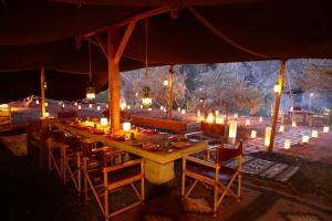 Um restaurante ou outro lugar para comer em Ma'in Hot Springs