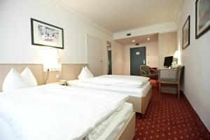 A bed or beds in a room at IntercityHotel Schwerin