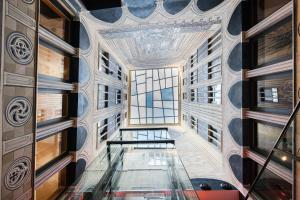 سرير بطابقين أو أسرّة بطابقين في غرفة في كاتالونيا كاتدرال