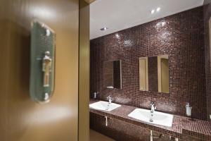 A bathroom at Melqart Hotel