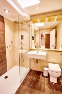 A bathroom at Abbotsford Hotel
