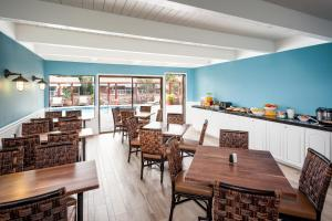 A restaurant or other place to eat at Lighthouse Lodge & Cottages