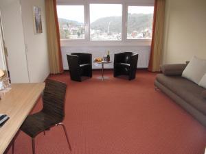 Ein Sitzbereich in der Unterkunft Opal Hotel