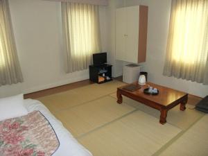 A television and/or entertainment centre at Hotel New Takahashi Kouyadai