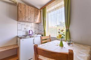 A kitchen or kitchenette at Apartments Ljiljana