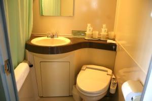 A bathroom at Hotel Half Time