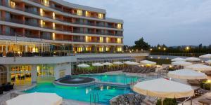 Piscina de la sau aproape de Hotel Livada Prestige - Terme 3000 - Sava Hotels & Resorts