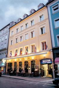 The facade or entrance of Hotel Deutsche Eiche
