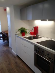 Een keuken of kitchenette bij Charming and elegant apartment historic center of Milan