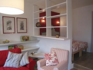 Een zitgedeelte bij Charming and elegant apartment historic center of Milan