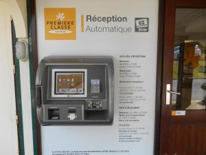 Télévision ou salle de divertissement dans l'établissement Premiere Classe Brest Gouesnou Aeroport