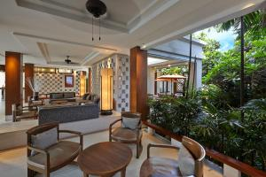 De lounge of bar bij Woodlands Hotel and Resort Pattaya
